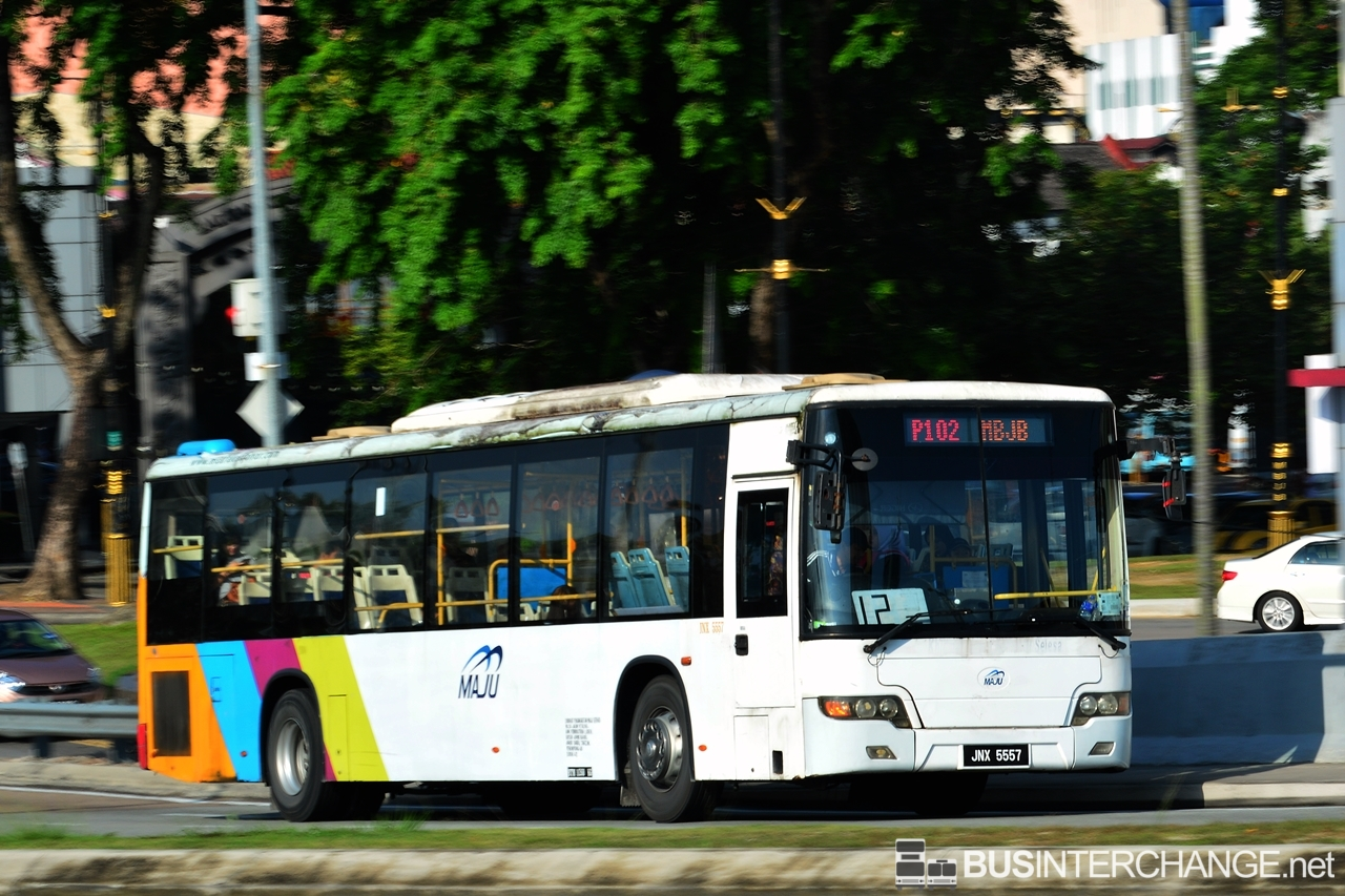 A Higer KLQ6128G (JNX5557) operating on Maju bus service P102